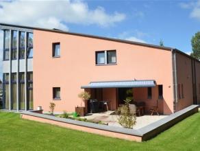 Arlon centre, dans un quartier prisé sans issue, splendide villa à l'architecture contemporaine sur terrain de 13 ares. Cette spacieuse