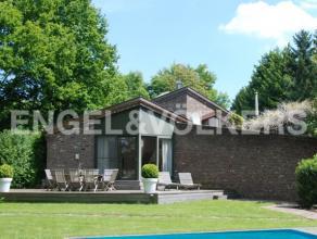 Op een perceel van ± 42a77ca bevindt zich deze prachtig gerenoveerde villa met een bewoonbare oppervlakte van ± 338 m² die optimaal