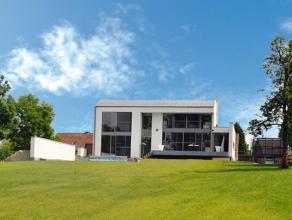 Deze villa werd gebouwd in 2008. Licht, ruimte en kwaliteit gaan hier gepaard met moderniteit. Typisch aan deze villa is de ?Melan?gevelsteen, het ron