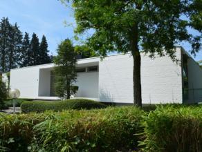 Deze moderne laagbouwvilla uit de jaren ?70 heeft een bewoonbare oppervlakte van ± 225m² op de gelijkvloerse verdieping en nog eens &plusm