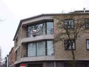 Dit ontzettend licht en goed onderhouden appartement is strategisch erg goed gelegen, tussen het centrum van Brasschaat en het park. Op de tweede verd