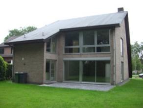 Mooi onderhouden villa te huur in Brasschaat. Gelijkvloers met geïnstalleerde keuken, eetkamer en woonkamer. Gastentoilet met lavabo. 4 slaapkame