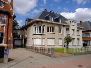 In deze halfopen bebouwing vinden we het mooie stijlvolle appartement terug, dat tevens recentelijk volledig gerenoveerd werd. De grote ramen zorgen e
