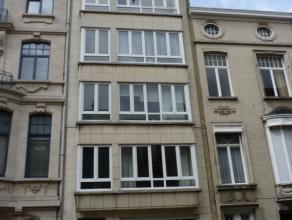 Op een uitmuntende ligging in een van de mooiste wijken van Zuid-Antwerpen ligt dit 3 slaapkamer appartement. Het appartement heeft, buiten de 3 slaap