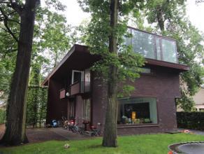 Moderne vrijstaande woning te huur. Inkom met gastentoilet en vestiare. Een ruime woonkamer op parket. Een zwevende trap brengt je naar de eerste verd