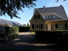 Statige en karaktervolle villa in een residentiële straat op 3 kilometer van het centrum van Gent. Deze prachtige villa op een perceel van 946 m&
