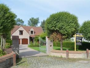 Een zeer charmante villa gelegen in een groene en rustige omgeving! Wie zoekende is naar een woning met veel ruimte en karakter, kan hier gerust zijn