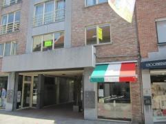 Appartement in de winkelstraat van Beveren-Waas Het appartement is ingedeeld als volgt: Inkomhal, apart toilet, woonkamer, ingerichte keuken, grote be