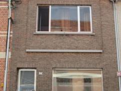 Praktisch ingerichte, gerenoveerde woning (2007-2008) met veel lichtinval De woning is ingedeeld als volgt: Inkomhal met trap, kelder, woonkamer met v
