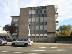 Centraal gelegen appartement met twee slaapkamers! - 1ste verdieping Indeling: inkomhal, toilet apart, woonkamer, ingerichte keuken met toestellen, be