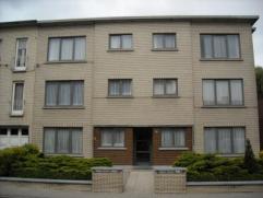 Recent gerenoveerd appartement Indeling: inkomhal, woonkamer, ingerichte keuken met toestellen, berging met aansluiting voor wasmachine, ingerichte ba
