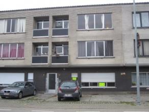 Gelijkvloersappartement met twee slaapkamers Indeling: inkomhal, woonkamer, ingerichte keuken, ingerichte badkamer met toilet en douche, twee slaapkam