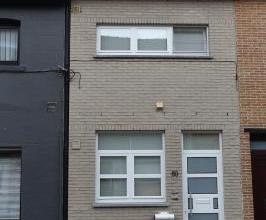 Gesloten bebouwing op 400m van het Station! De woning is ingedeeld als volgt: inkom, woonkamer met trap naar verdieping, open ingerichte keuken met to