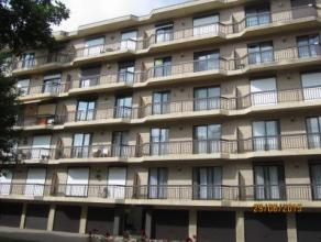 Goed onderhouden, centraal gelegen appartement in rustige woonwijk! Het appartement is gelegen op de 4de verdieping en is ingedeeld als volgt: inkomha