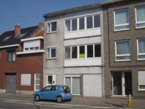 Gerenoveerd appartement! Indeling: inkomhal met ruime inbouwkasten, woonkamer met veel lichtinval, ingerichte keuken met toestellen (incl. vaatwasser)