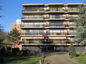 Top appartement op slechts twee minuten wandelen van de Grote Markt! Het is een appartement op de tweede verdieping en ingedeeld als volgt: inkomhal,