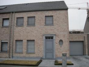 Prachtige halfopen bebouwing Zéér verzorgde, ruime en met kwaliteitsvolle materialen afgewerkte woning. Gelegen in kindvriendelijke omge