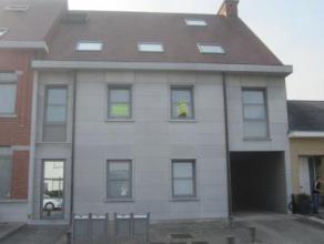 Ruim, hedendaags appartement met groot terras! Zéér rustig gelegen aan de centrumrand! Indeling: inkomhal, toilet apart, woonkamer, inge