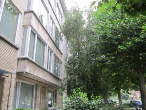 Leuk appartement op de eerste verdieping Lift aanwezig in het gebouw Indeling: inkomhal, woonkamer, ingerichte keuken zonder toestellen, badkamer met