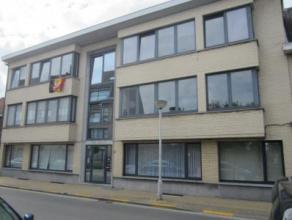 Gelijkvloersappartement dicht bij het station van Beveren Indeling: inkom, woonkamer, open ingerichte keuken, berging, koer, ingerichte badkamer met t