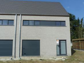 Halfopen bebouwing met garage in hedendaagse stijl op een mooi perceel van 393m². Energiezuinige woning ( E-peil 52 ! )  afgewerkt met hoogwaardi