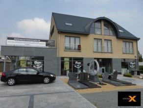 Dit groot duplex appartement werd afgewerkt met luxematerialen en is gelegen nabij het centrum van Lovendegem. Slechts 2 appartementen in deze villabo