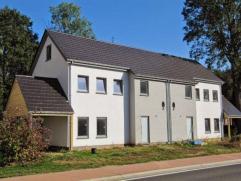 Rustig gelegen, grenzend aan groene zone; vlakbij school, dorpskern, voetbalveld, bus- en treinstation; op 25 min. van Nederlandse grens (via Lommel);