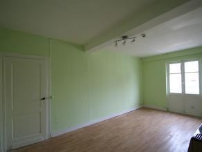 Petit appartement situé au 3e étage d'un immeuble. Il se compose d'un séjour avec balcon, d'une cuisine non-équipée
