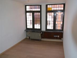 Au coeur du centre ville petite appartement situé au 3e et 4e étage du bâtiment. Il se compose : d'une cuisine non équip&ea