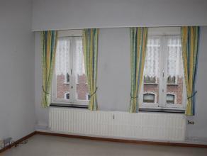 Dans le centre ville, petit appartement se composant de : salon, cuisine, 1 chambre à coucher, salle de bains, chauffage central au gaz.