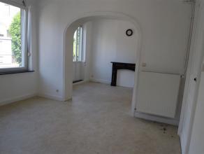 A quelques pas de la gare centrale, spacieux appartement. Salon, salle à manger, cuisine semi équipée, chambre à coucher,