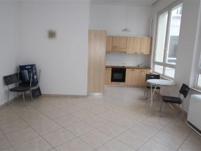 Dans une rue calme à proximité du centre ville et de la gare, bel appartement se composant d'un hall, un séjour, une cuisine &eac