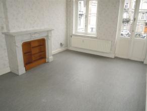 Sur une petite place tranquille, appartement se composant de : hall, living, cuisine semi-équipée, 1 chambre à coucher, wc, buand