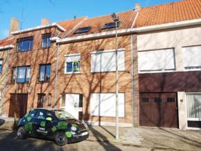 Deze ruime woning is centraal gelegenvlakbij winkels, banken en openbaar vervoer en op 5 min.van de Brugse binnenstad. Het betreft een woning in