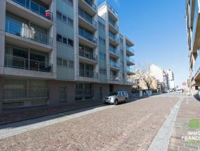 """Op de 4de verdieping in de verzorgde residentie """"New Haven"""" resideert dit zeer bevallig appartement. Hier verblijft men op 100m van Zeedijk en strand"""