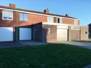 In een aangename woonkern in Diksmuide huisvest deze statige woning nabij station, scholen en op wandelafstand van het centrum. De eigendom werd in 20