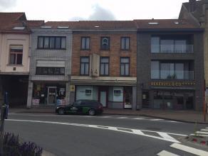 Te renoveren handelspand met woonst op toplocatie te Veurne. De woning bestaat op het gelijkvloers uit een winkel (vroeger bakkerij) met atelier en tu