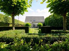 Vlakbij het centrum van Diksmuide op een perceel van 19623m² staat deze instapklare villa. Omgeven door een groen kader komt het rustieke karakte