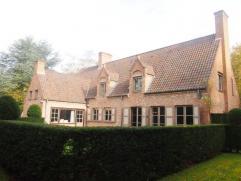 In een mooie en rustige villawijk op een boogscheut van de Brugse binnenstad staat deze prachtige villa. De eigendom met authentiek karakter is als vo