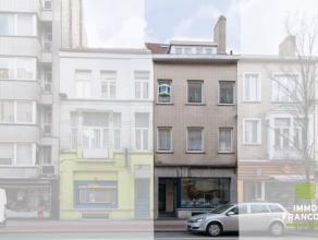 Deze zeer ruime woning met handelsruimte ligt op één van de belangrijkste invalswegen van Oostende. De woning beschikt over een leefruim