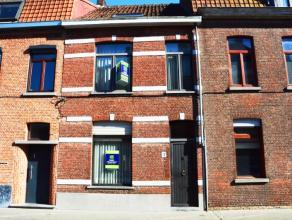 Op een speerworp van de Brugse binnenstad huisvest deze statige gezinswoning. De eigendom is uiterst centraal gelegen in de omgeving van openbaar verv