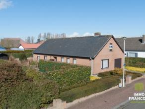 Deze ruime woning met 3 slaapkamers is gelegen Oostende-Zandvoorde. Tussen stad en polders is het hier zeer aangenaam vertoeven.De woning bestaat uit