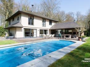 Op uiterst rustige ligging in een residentiële villawijk in de bossen van Beisbroek staat dezeunieke villa. Deze tijdloze villa, gelegen op