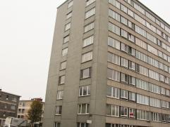 Ruim en op te frissen appartement op de 6de verdieping met panoramisch uitzicht. Het appartement  beschikt over een inkomhal met vestiairekast. Leefru