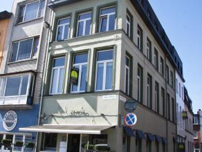 Volledig gerenoveerd dakappartement (2006) met prachtig uitzicht, op de 3de verdieping.  Het appartement beschikt over een inkomhal. Leefruimte met op
