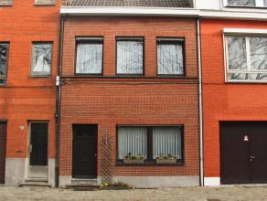 Goed gelegen rijwoning in rustige omgeving. De woning beschikt op de gelijkvloerse verdieping over een inkomhal. Leefruimte met aansluitend de leefkeu