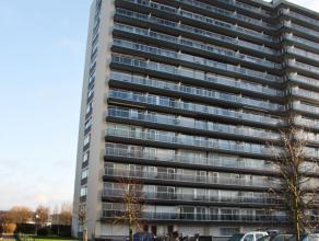 Goed gelegen hoekappartement nabij de Bredabaan.  Het appartement beschikt over een ruime inkomhal met inbouwkasten. Leefruimte op massief houten park