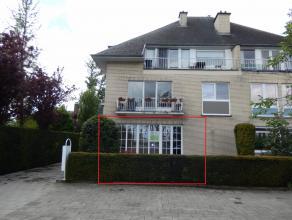 Prachtig recent gerenoveerd gelijkvloers appartement van 105 m² bewoonbaar met tuin en garagebox. Dit appartement heeft 1 slaapkamer met zicht op