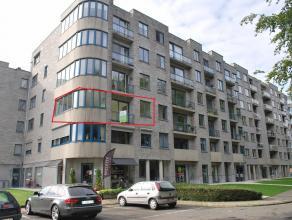 Gezellig 2 slaapkamer appartement op de 2de verdieping van 100 m² met aanpalend terras in het centrum van Beveren. Indeling : inkomhal, 2 slaapka