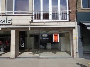 Dit handelspand van 160 m2 met grote vitrine is gelegen in het hartje van Brasschaat op een drukke winkelstraat. Achteraan het pand is er een grote st
